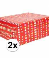 2x geschenkpapier rood met vlaggenlijnen 200 x 70 cm